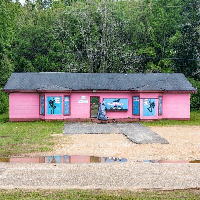 Як виглядають придорожні стрип-клуби у США: яскравий фотопроєкт - фото 363241