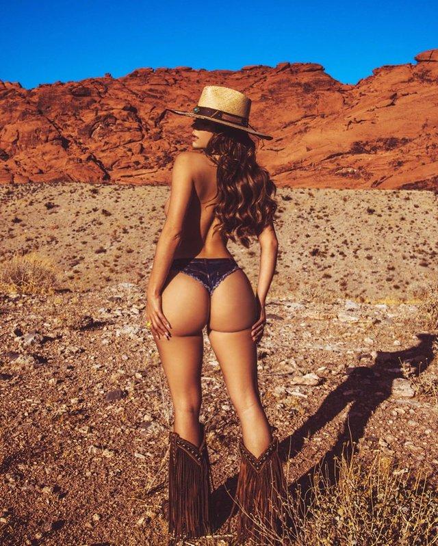 Сексуальна Демі Роуз роздяглась посеред пустелі (фото 18+) - фото 363372