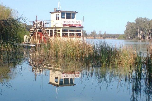 Пара перетворила старий корабель у сучасний плавучий дім - фото 364047