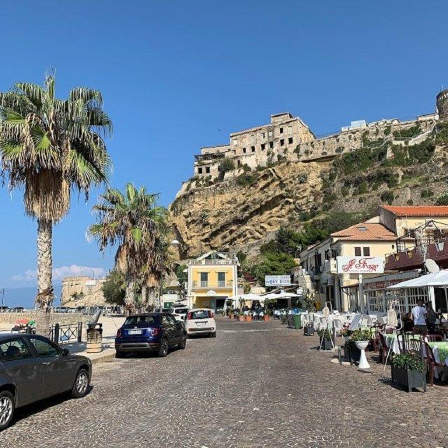 Містечко Піццо розташоване на крутій скелі - фото 364639