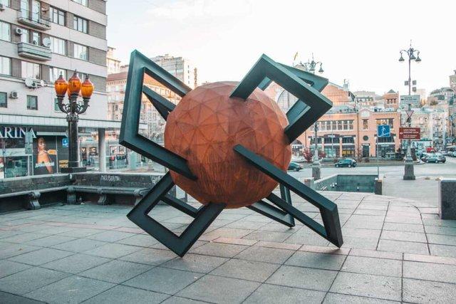 У центрі Києва з'явилася нова скульптура: кияни спантеличені - фото 365132