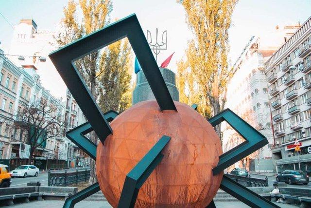 У центрі Києва з'явилася нова скульптура: кияни спантеличені - фото 365133