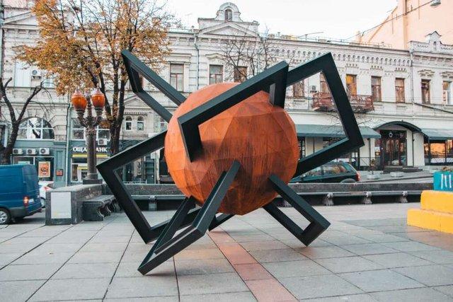 У центрі Києва з'явилася нова скульптура: кияни спантеличені - фото 365134