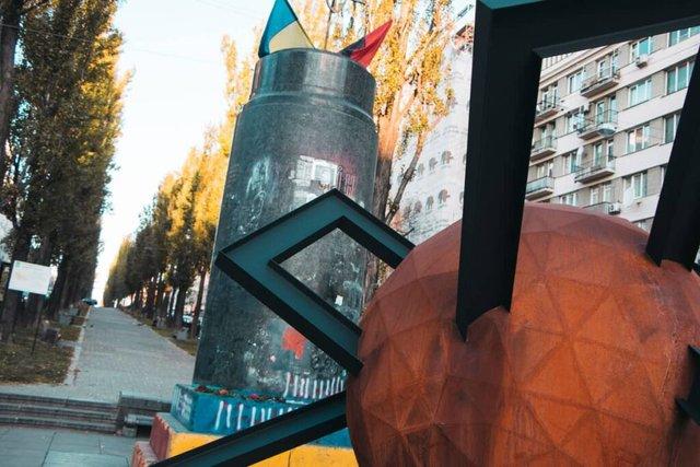 У центрі Києва з'явилася нова скульптура: кияни спантеличені - фото 365135