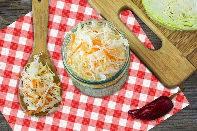 Маринована капуста на зиму: прості рецепти швидкого приготування - фото 365409