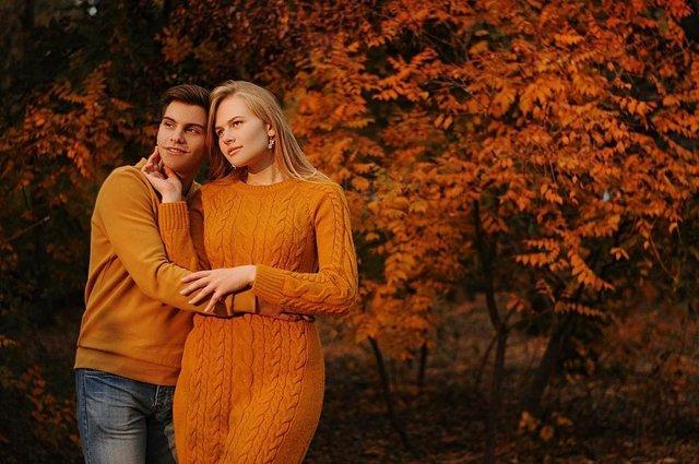 Пози для осінньої фотосесії: ідеї, як зробити гарне фото для Instagram - фото 365471