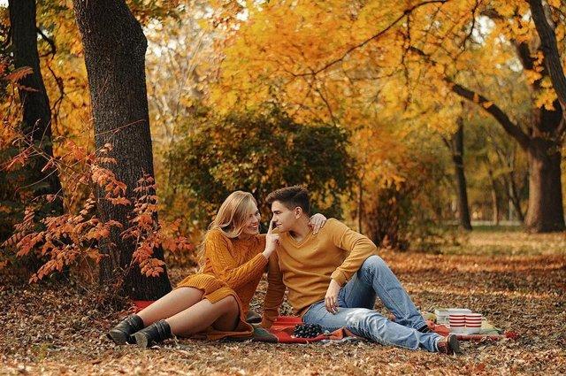 Пози для осінньої фотосесії: ідеї, як зробити гарне фото для Instagram - фото 365498