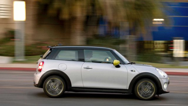 Mini Cooper SE: названа вартість популярного електрокара - фото 365676