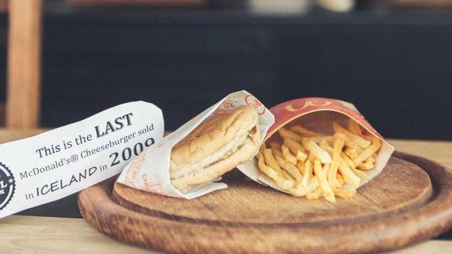 Гамбургер і картопля фрі, яким уже 10 років - фото 365734