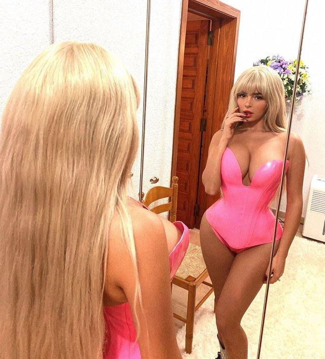 Сексуальна барбі: Демі Роуз розбурхала фанів гарячими фото - фото 365787