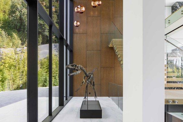 У Беверлі Хіллз виставили на продаж будинок зі скелетом динозавра: ефектні фото - фото 365865