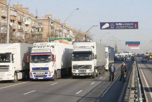 У Києві заборонять проїзд вантажівкам: коли і як будуть їздити фури - фото 366400