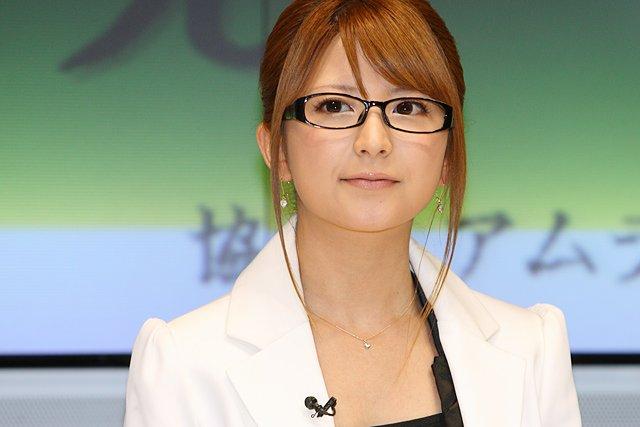 Японкам забороняють на роботі носити окуляри - фото 367057