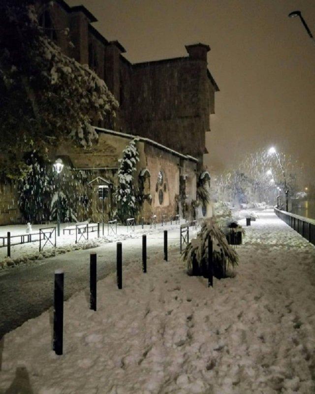 Францію накрив потужний снігопад: шокуючі фото - фото 368219