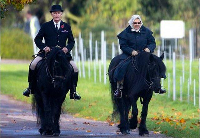 Я на коні: 93-річна королева Єлизавета II покаталась верхи - фото 368403