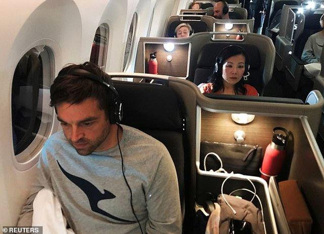 Пасажири найдовшого авіарейсу розповіли про дивні речі на борту - фото 368610