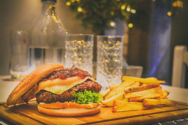 Жінкам не варто їсти м'ясо та чіпси - фото 368807