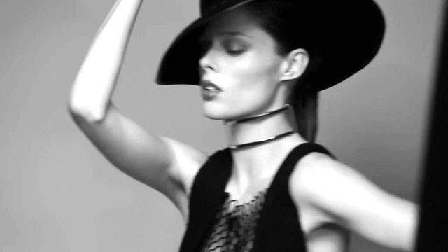 Моделі 90-х: як змінилася розкішна квітка світу моди Коко Роша (18+) - фото 369421