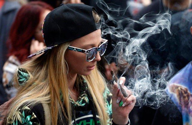 Потрібно буде не лише курити марихуану, а й писати огляди - фото 369485