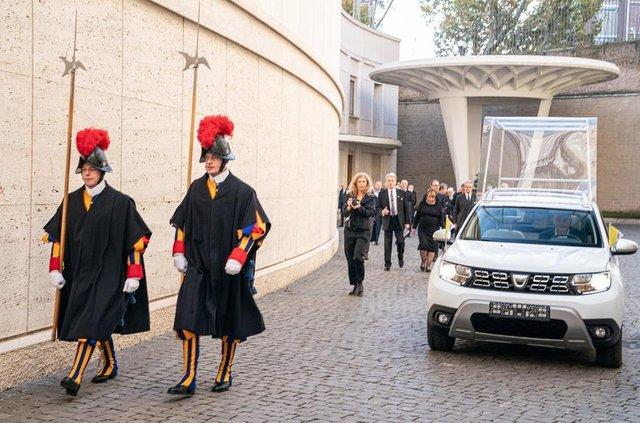 Папа Римський пересів на нове авто: фото спецверсії позашляховика - фото 370820