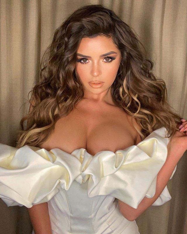 Спокуслива Демі Роуз ледь втримала бюст у крихітній сукні - фото 371214
