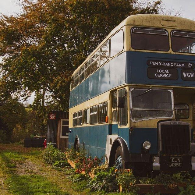 Як у Гаррі Поттері: британці відкрили готель у двоповерховому автобусі - фото 371403