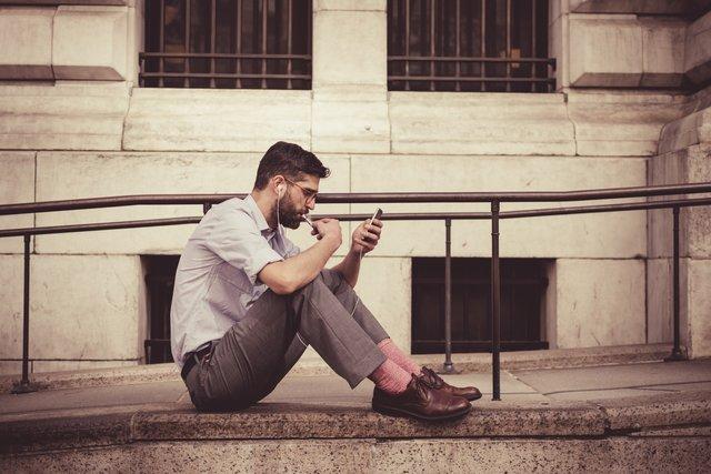 Скільки молоді залежні від смартфонів - фото 371459