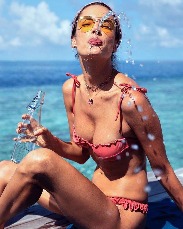 Гаряча Алессандра Амброзіо похизувалась розкішною фігурою - фото 371476