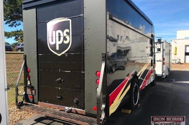 Знаменитий гоночний фургон виставили на продаж за один долар - фото 371838