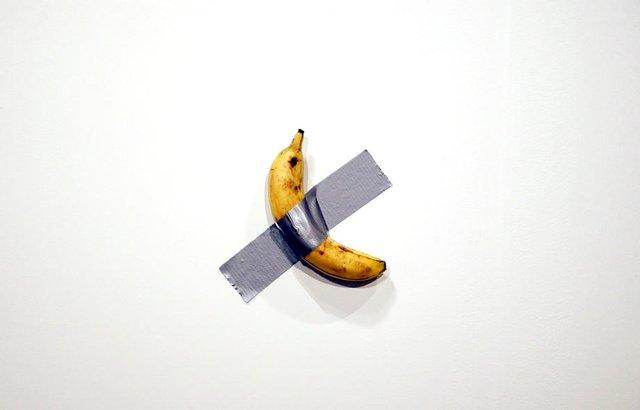 Приклеєний до стіни скотчем банан продали за шалену суму: фотофакт - фото 372480