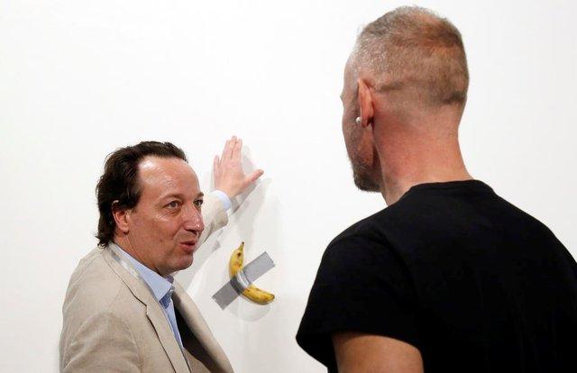 Приклеєний до стіни скотчем банан продали за шалену суму: фотофакт - фото 372483