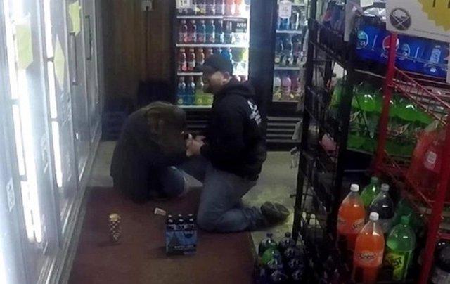 Чоловік інсценував пограбування заради освідчення своїй дівчині - фото 372509