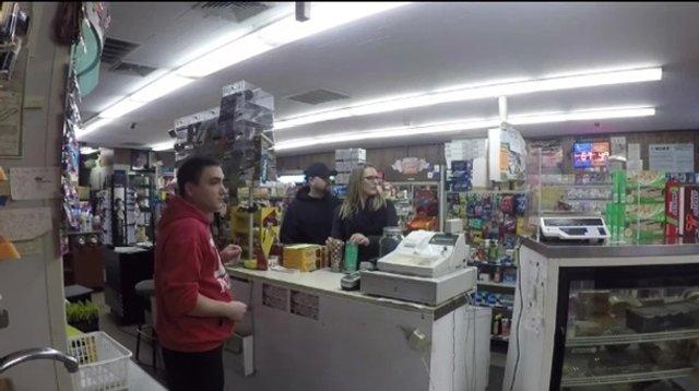 Чоловік інсценував пограбування заради освідчення своїй дівчині - фото 372511