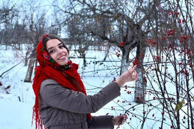 Красуні-українки у хустках долучилися до неймовірного флешмобу - фото 372641