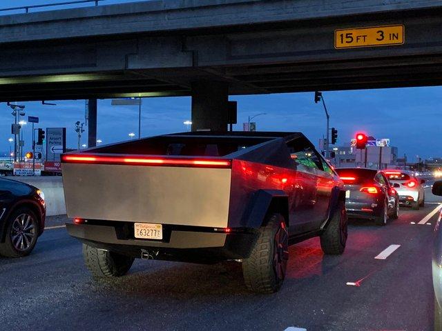 Пікап Cybertruck вперше помітили на дорогах Лос-Анджелеса: Маск приїхав у ресторан (фото) - фото 373050