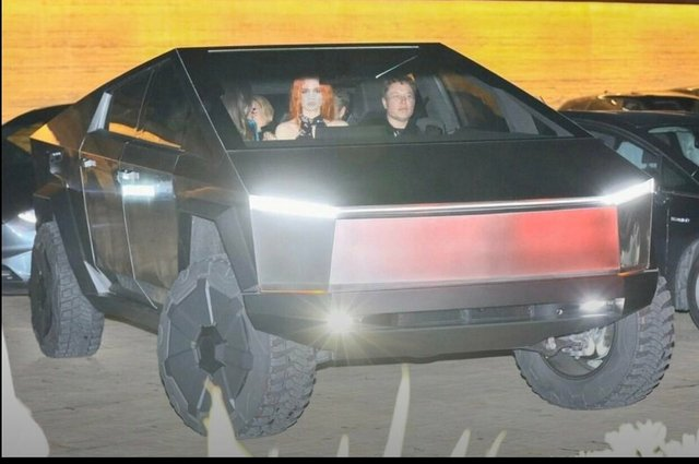 Пікап Cybertruck вперше помітили на дорогах Лос-Анджелеса: Маск приїхав у ресторан (фото) - фото 373052