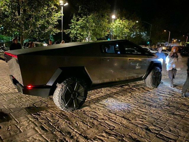 Пікап Cybertruck вперше помітили на дорогах Лос-Анджелеса: Маск приїхав у ресторан (фото) - фото 373053