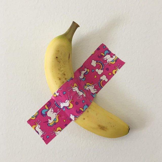 Користувачі мережі висміяли інсталяцію з бананом і скотчем у кумедних мемах - фото 373103