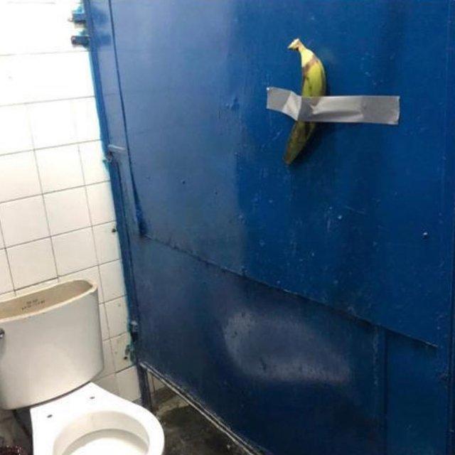 Користувачі мережі висміяли інсталяцію з бананом і скотчем у кумедних мемах - фото 373107