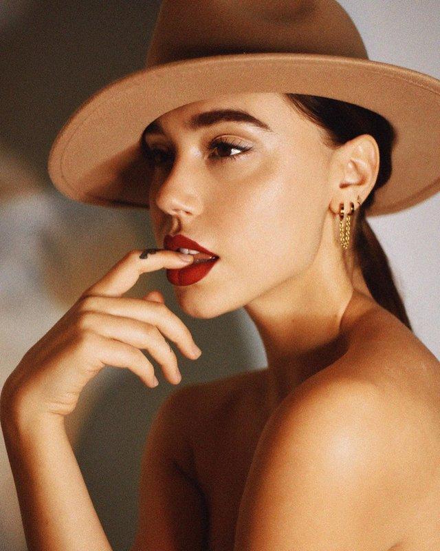 Тільки в капелюсі: фітнес-модель розбурхала пікантними фото - фото 373193