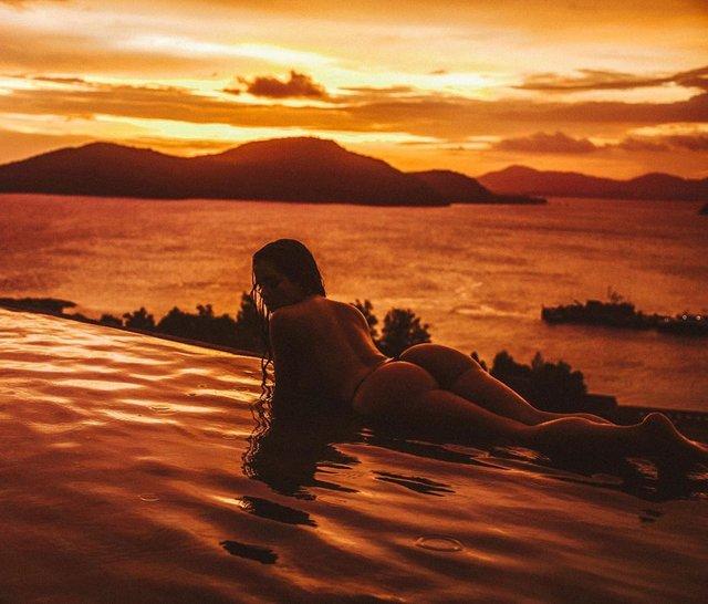 Оголена Демі Роуз розбурхала мережу відвертою фотосесією на пляжі Пхукета (18+) - фото 373550