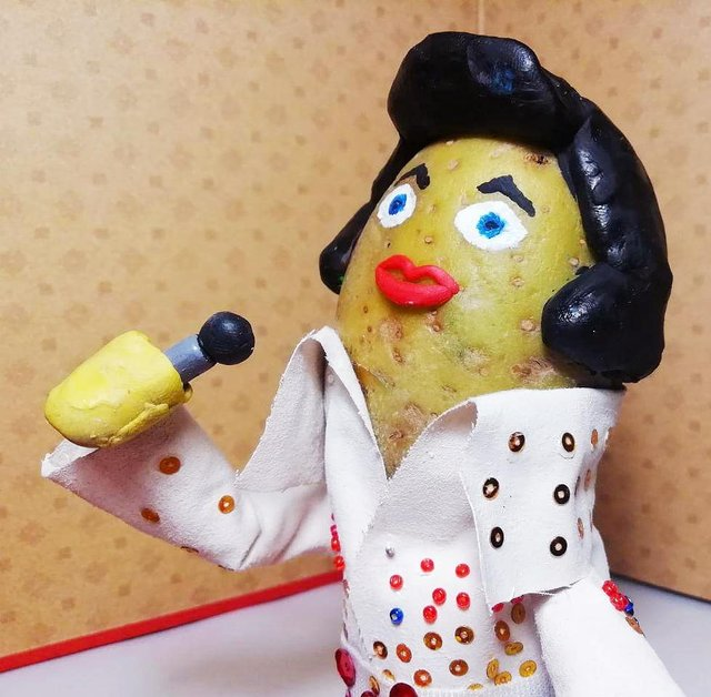 Білорус створює кумедні фігури зірок з картоплі: веселі фото - фото 373650