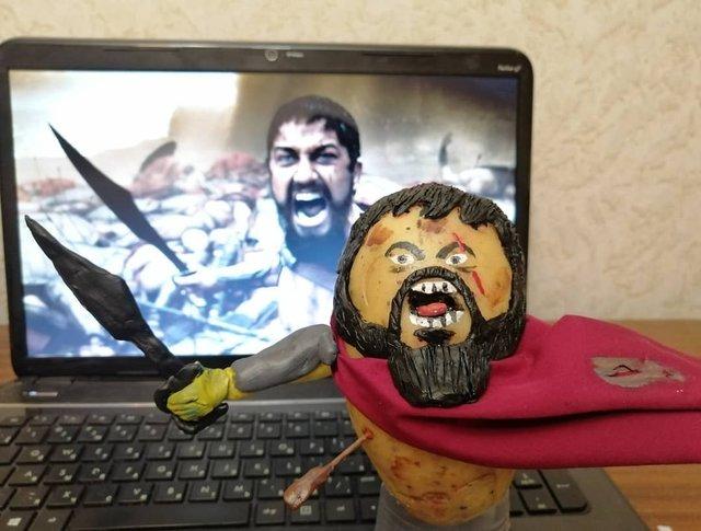 Білорус створює кумедні фігури зірок з картоплі: веселі фото - фото 373655