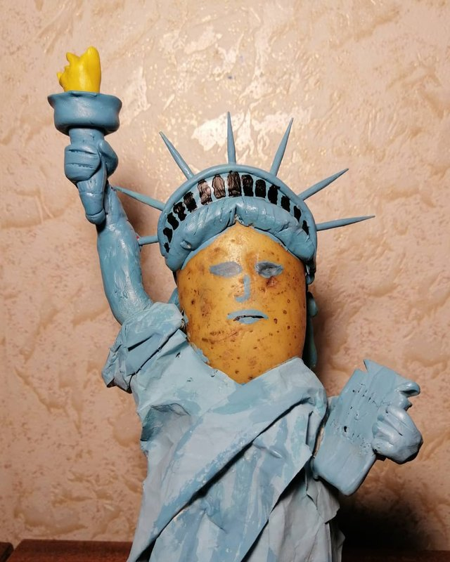 Білорус створює кумедні фігури зірок з картоплі: веселі фото - фото 373659