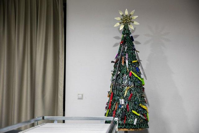 В аеропорті Вільнюса з'явилась ялинка з заборонених предметів - фото 373900