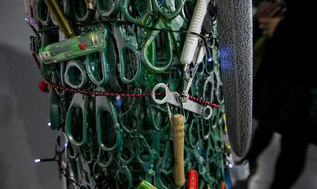 В аеропорті Вільнюса з'явилась ялинка з заборонених предметів - фото 373901