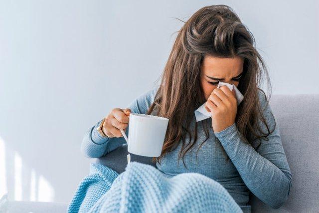 Як відрізнити грип від застуди, і чому краще залишитися вдома - фото 374156