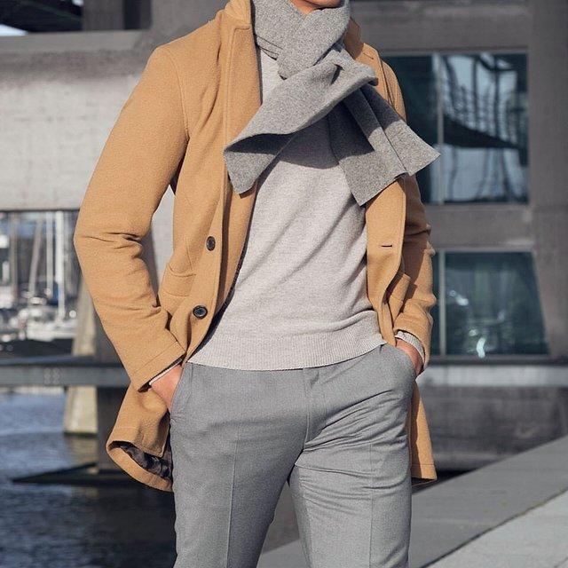 Як і з чим носити чоловічий шарф: 10 модних образів у фото - фото 374283