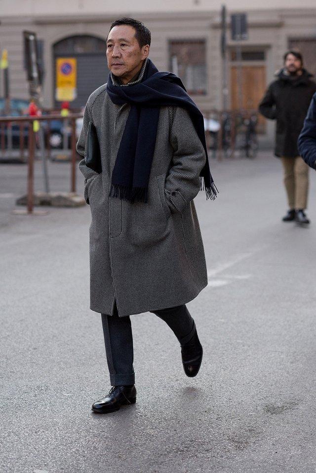Як і з чим носити чоловічий шарф: 10 модних образів у фото - фото 374294