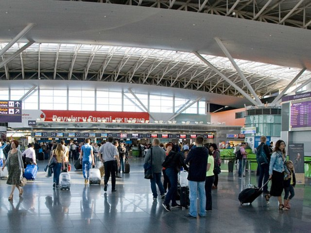 Скільки пасажирів обслужили українські аеропорти - фото 374343